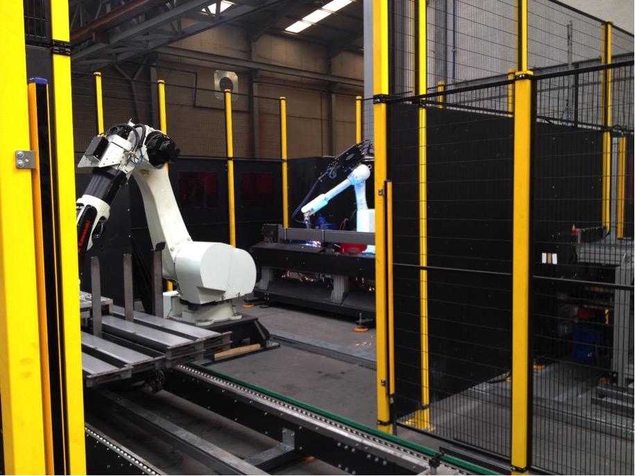 Disponemos de células para la soldadura automática y manipulación de distintas piezas conectadas con el resto de la fabricación que nos permiten obtener una calidad constante con una gran elevada productividad.