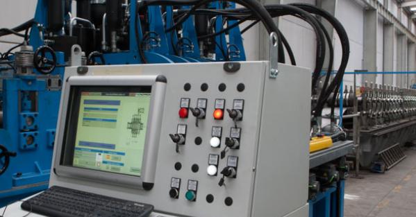 En los perfiles multiperforados de paso constante, APERSA utiliza troqueles con dispositivos de control del avance del fleje para asegurar la pequeña precisión dimensional requerida en piezas de gran longitud.